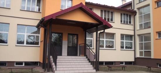 Największa szkoła w gminie już po termomodernizacji. Na 400 uczniów czeka odnowiony, kolorowy budynek (FILM)