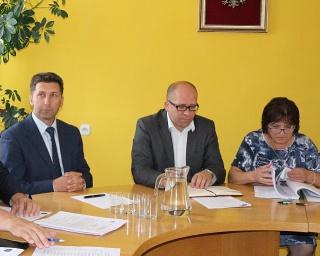 SESJA W ZAGÓRZU: Nowy skarbnik, przebudowa hali sportowej w Zagórzu i budowa boiska z zapleczem w Kalnicy za ponad 2,5 mln złotych