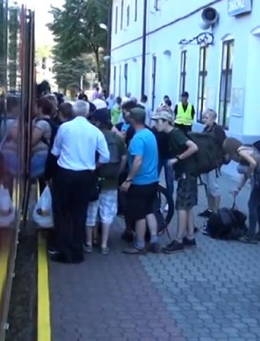 """P24.PL: Tłok, nerwy i zmęczenie.  """"Klęska urodzaju pasażerów"""" w pociągu do Medzilaborzec (FILM)"""
