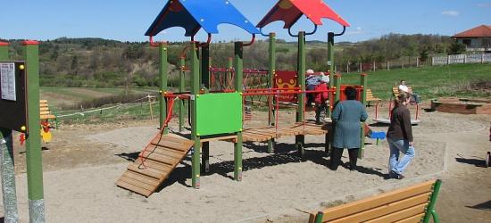 Nowe place zabaw cieszą dzieci i dorosłych
