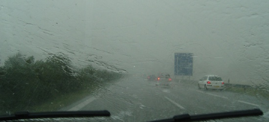 UWAGA: Intensywne opady deszczu. Możliwe lokalne podtopienia i utrudnienia w ruchu drogowym