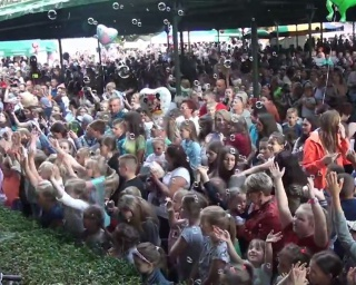 SANOK: Majka Jeżowska na scenie. Tłumy radosnych dzieciaków. Pomoc choremu Julkowi (RELACJA FILMOWA, ZDJĘCIA)