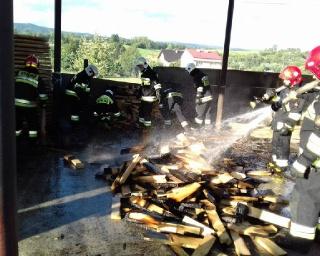 ZAHUTYŃ: Pożar w zakładzie produkcji drzewnej. Strażacy dwie godziny walczyli z ogniem (ZDJĘCIA)