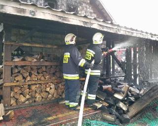 Groźnie w Tarnawie Dolnej. Płonął dom i budynek gospodarczy (ZDJĘCIA)